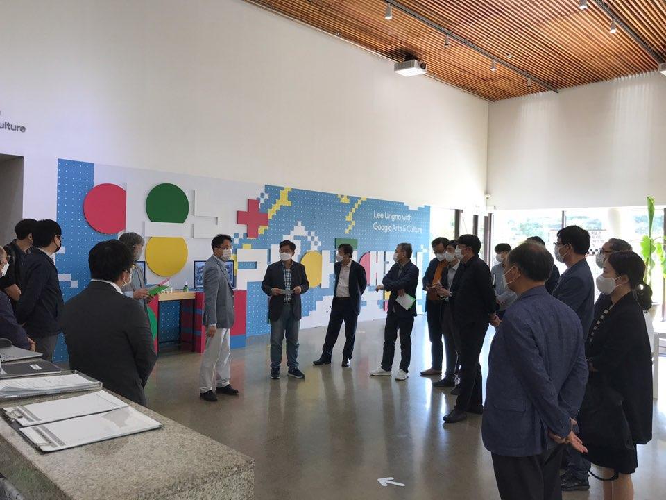 한밭대 LINC+사업단 관계자들이 류철하 이응노미술관장의 작품 설명을 듣고 있다.