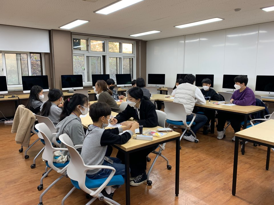 한밭대학교 시각디자인학과 학생들이 '한밭 디자인 영재 캠프'에 참여한 학생들의 멘토가 되어 영상 스케치 과정을 도와주고 있다.