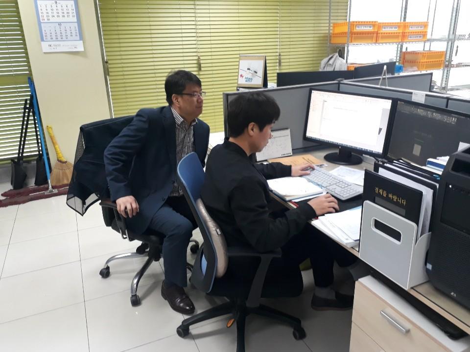 한밭대학교 LINC+사업단 윤석일 교수가 하이퍼워크를 활용해 기업지원을 하고 있다.