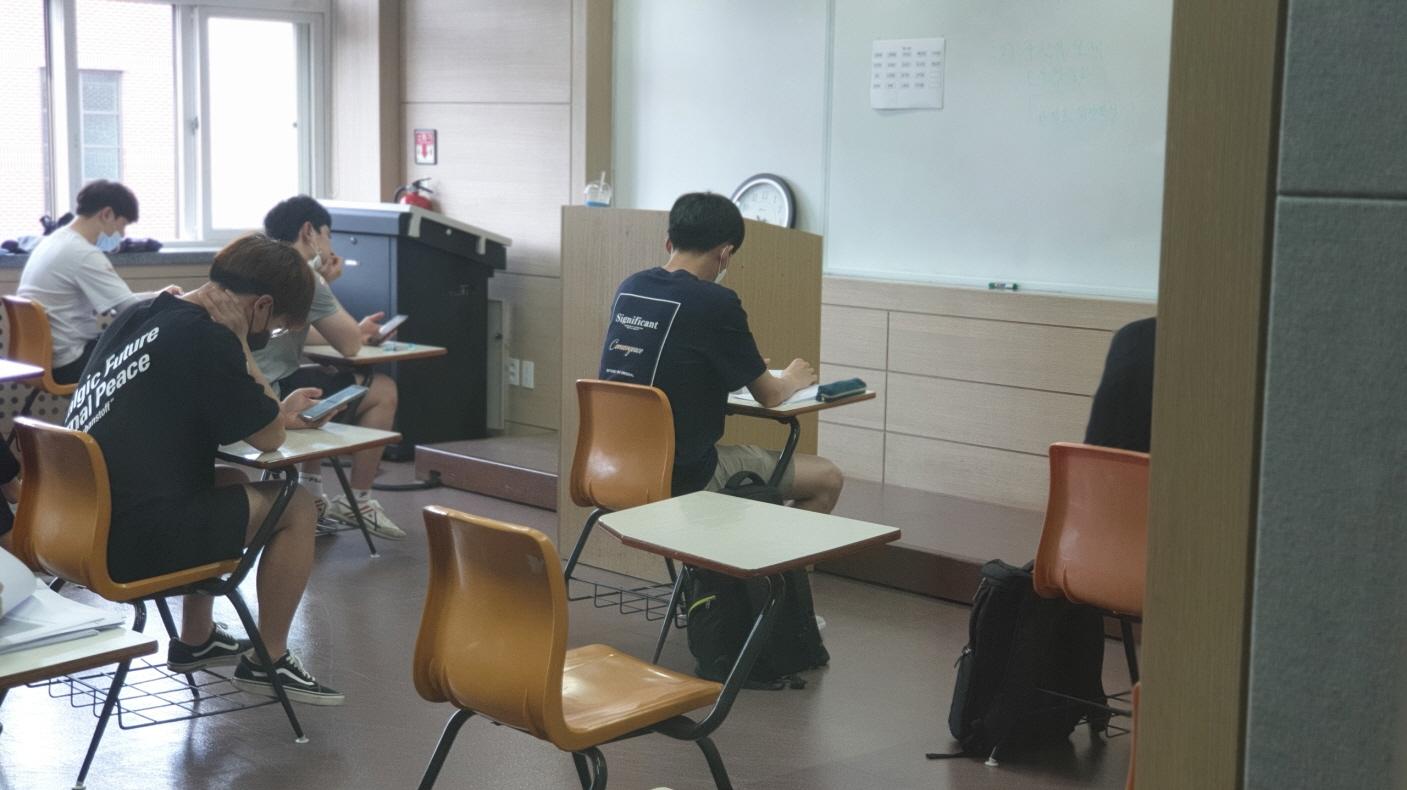 15일 한밭대 정보기술대학에서 전자․제어공학과 학생들이 1학기 대면평가를 치르기 위해 시험장에서 대기하고 있다.