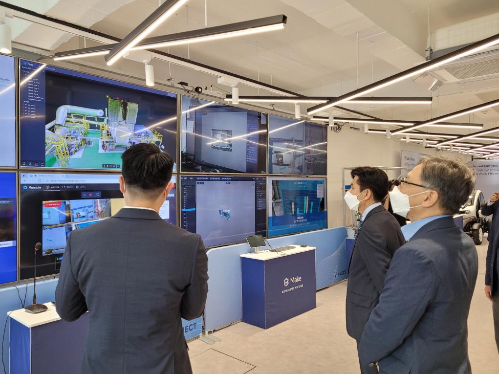 한밭대학교 최병욱 총장이 증강현실 및 디지털 트윈 전문기업인 버넥트를 방문하여 기업 관계자로부터 관련 시스템에 대해 설명을 듣고 있다.