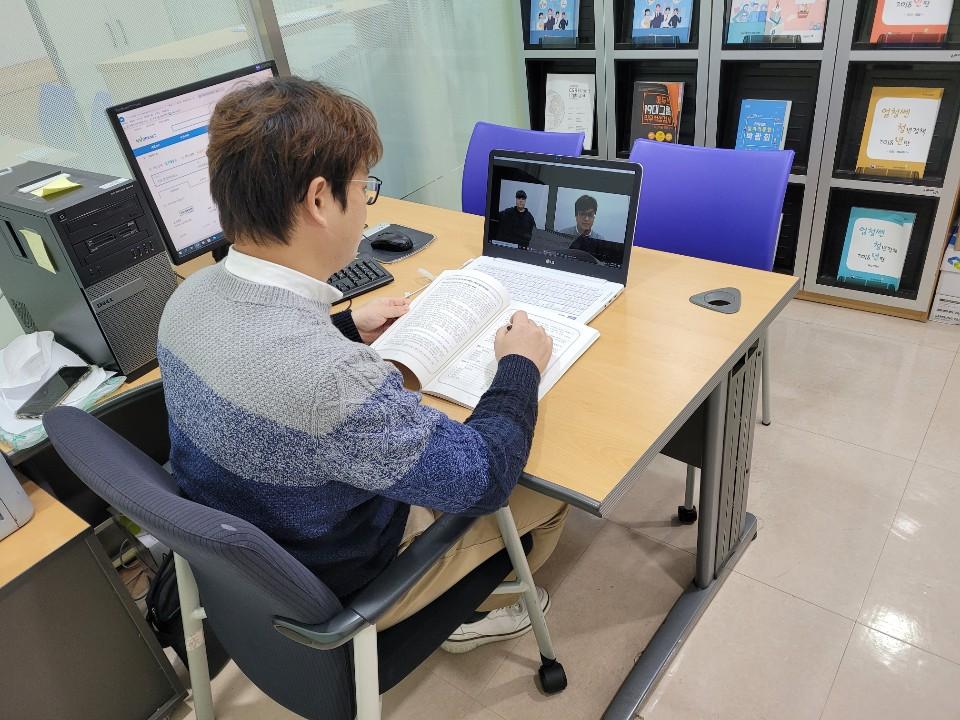 한밭대학교 대학일자리본부 취업지원관이 재학생과 온라인으로 취업상담을 실시하고 있다.